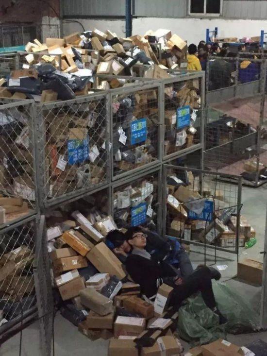 双十一快递爆仓 快递员累瘫在包裹上