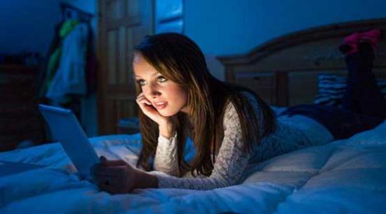 睡前看手機傷身:研究者建議手機設自動睡眠模式