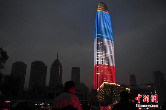 济南303米高楼亮灯 悼念巴黎系列恐袭遇难者