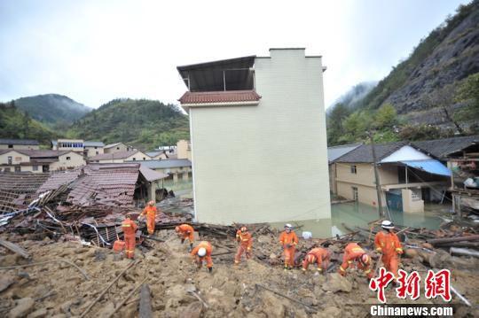 浙江丽水山体滑坡:消防彻夜奋战掘出橙色通道