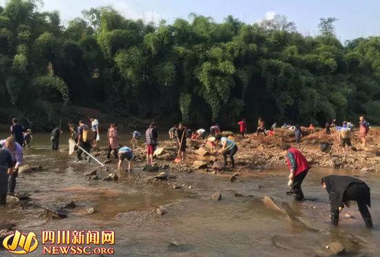 村民河灘尋寶