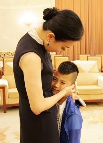 康康是刘嘉玲的干儿子:派对上玩亲亲 盘点萌娃们的超级干妈团(组图)