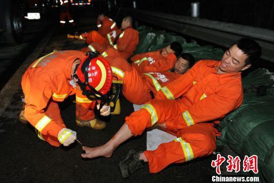 丽水山体滑坡:消防官兵负伤 李正坤 摄