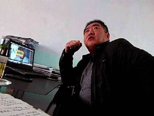 陕西一官员上班看电视剧 记者质问遭爆粗