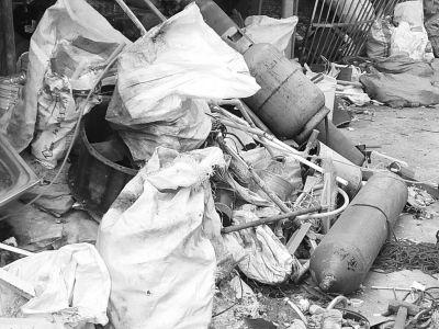 废品收购站紧挨幼儿园 家长担心存安全隐患