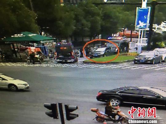 浙江两男子开车与警车展开追逐战似香港TVB大片
