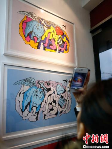 音乐人周杰伦的版画处女作《幻想Fantasy》亮相北京。中新社发 富田 摄