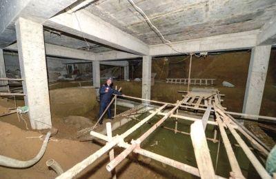 公司老总铁锹挖地30尺建车库