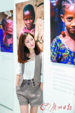 江一燕与其摄影作品。图片来源:广州日报