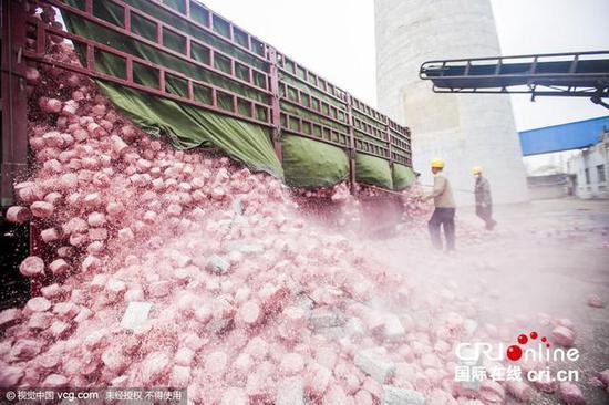 2015年11月18日,从南京运抵盐城的一车原值约30亿元残损人民币在发电公司卸货。