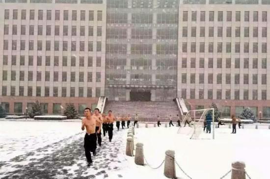 公安大学学生雪中训练 网友惊叹:还有妹子