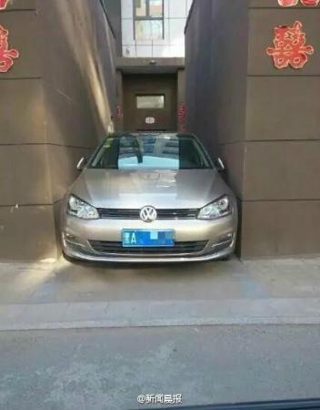 哈尔滨现霸气停车从天窗爬出从后备箱进入(图)