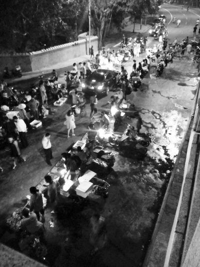 """海口人民桥下马路海鲜市场摊贩盼有个""""家"""""""