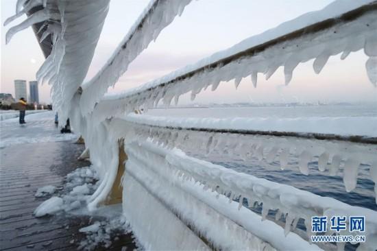 #(晚報)(1)大連沿海棧道現冰挂