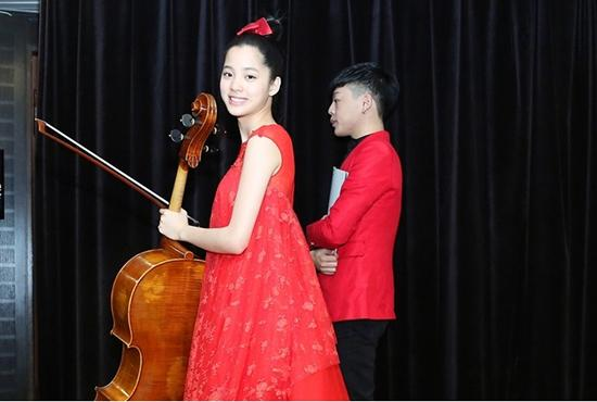 欧阳娜娜重回学校新专辑封面破开除传闻 和王俊凯吻照图片