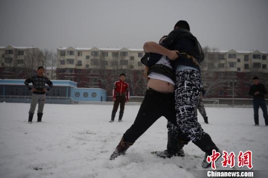 """内蒙古频繁降雪一高校自办""""冰雪节""""民族风十足"""