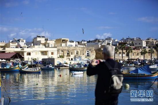 马耳他的传统五彩渔船--鲁佐