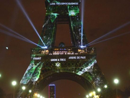 """巴黎铁塔为气候变化大会""""披绿装"""""""