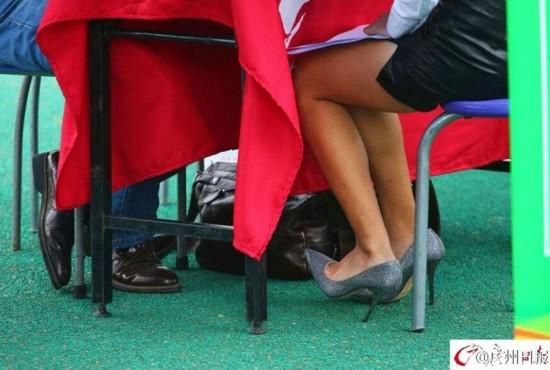 招聘会现场,女大学生丝袜短裙高跟鞋齐上阵.图片