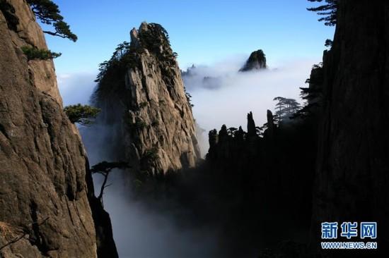 """黄山现""""瀑布流云""""奇观"""