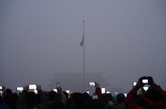 雾霾中的北京生活:天安门看升旗仪式