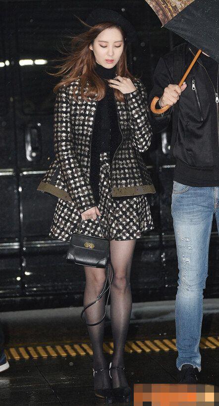 少女时代徐贤Tiffany现身机场飞香港 穿黑丝冷风中瑟瑟发抖【组图】