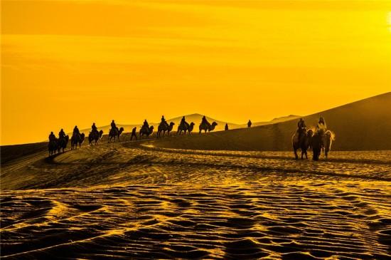 敦煌大漠晨雾凝霜呈沙海奇特景观