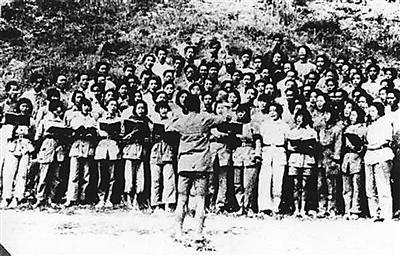 抗战歌曲曾极大鼓舞了中国人的抗日士气.图为延安时期军民高唱《黄