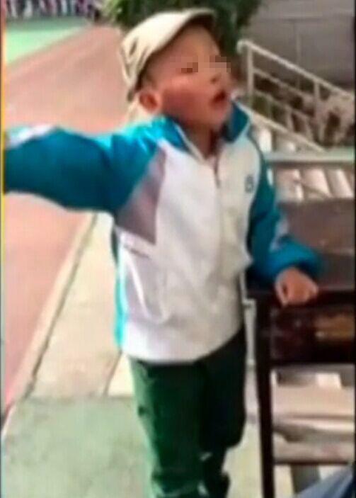 10岁男娃被嘲笑像光头强 罚站怒吼要尊严