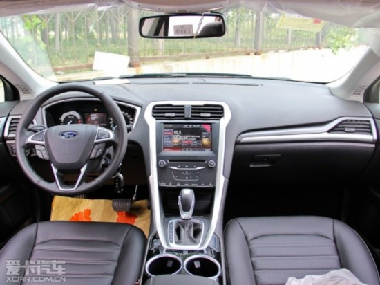 新蒙迪欧的中控区域和仪表盘都大量采用了镀铬装饰。 内饰方面,2015款凯美瑞相比老款车型最主要的变化体现在了中控面板上,2015款车型的空调和音响调节由之前的旋钮改为了按键式的操作,这样的设计无疑让2015款凯美瑞的中控区域有了更为明显的整体感;而运动版车型在内饰上所体现出的特点则是保留了运动化更强的三辐式方向盘和全黑的内饰配色,中控区域和中央通道等部位还采用了仿碳纤维材质的装饰板。