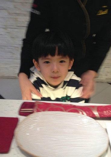 黄奕马伊琍约吃饭遮掩腹部疑似怀孕 孩子父亲是谁
