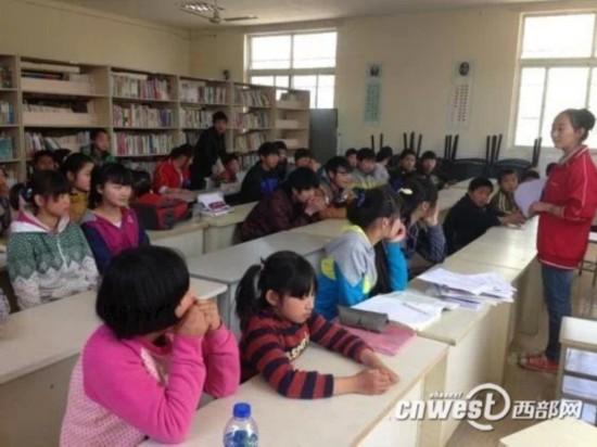 大学生志愿者和孩子们做交流-陕西青年志愿者调查 存在感 影响成员稳