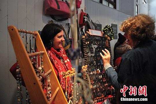 中西合璧圣诞集市亮相昆明 老外摆摊卖手艺
