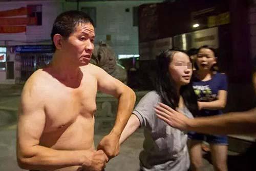 16岁少女遭亲父多次猥亵 当街遭暴打