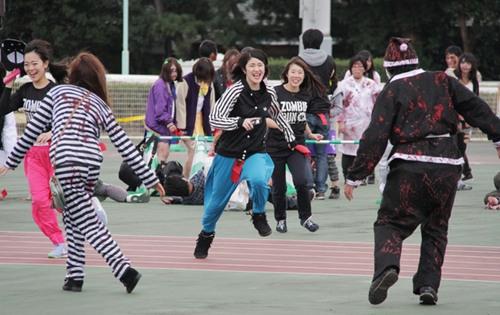 日本奇葩马拉松:选手赛跑遭恐怖僵尸围堵(图)