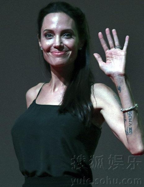 安吉丽娜-朱莉暴瘦 颧骨凸起面部轮廓怪异