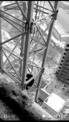 男子爬上60米高塔吊上坐3小时 讨回4万欠薪被拘