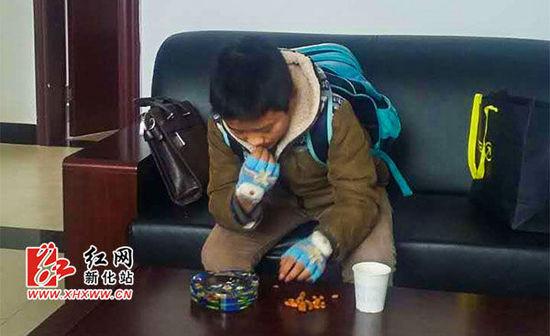 12岁男孩未完成作业出走 新化高铁民警耐心劝阻(图)