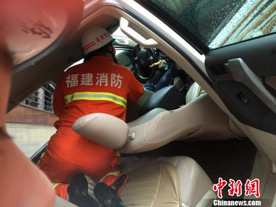 女司机倒车失控掉入地下人行通道消防紧急施救