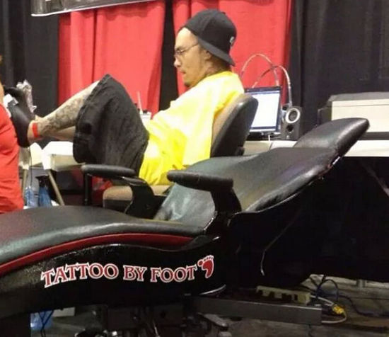 美国纹身师天生无手用双脚工作 会开车开飞机