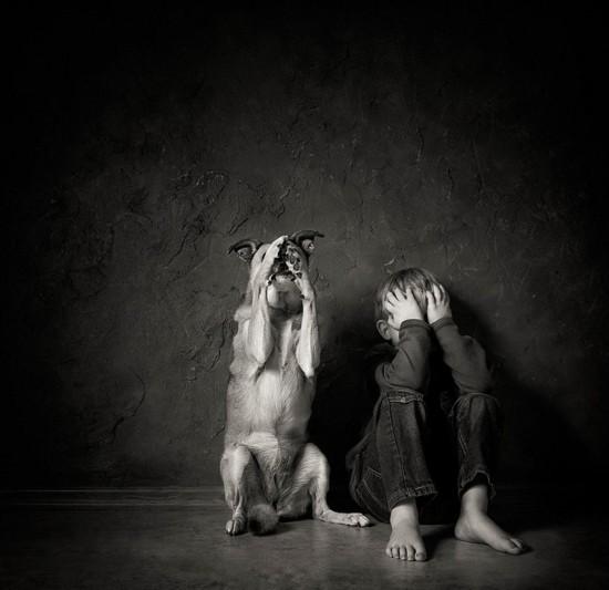 摄影作品记录儿童与动物温情互动时刻