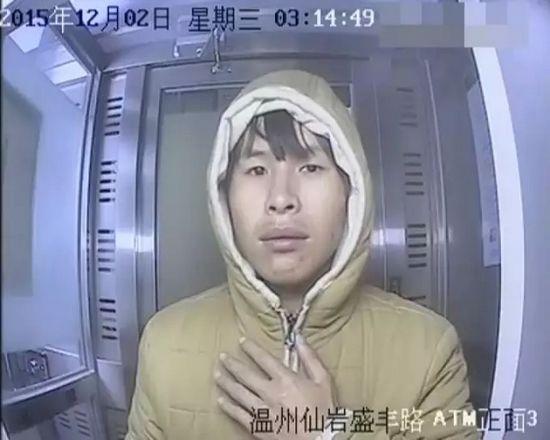 """""""纠结男""""凌晨拿铁锤狂砸ATM大秀内心戏(图)"""