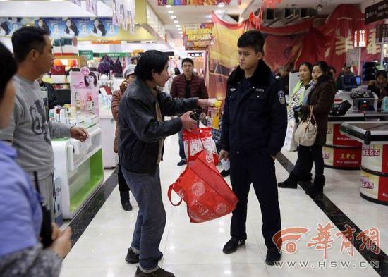 男子带火腿肠进超市被当小偷遭罚款举物拍照(图)
