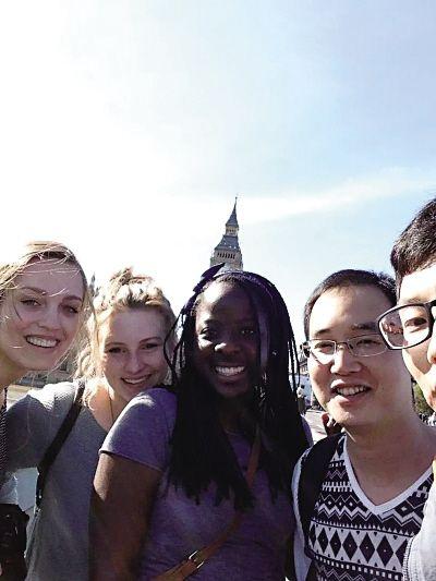 在伦敦,周正波通过小面认识了不少外国朋友。