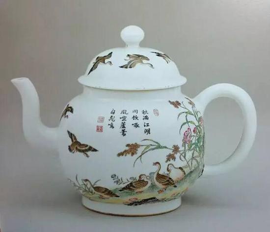 清乾隆 珐琅彩题诗芦雁纹茶壶