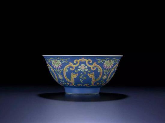 清 乾隆 蓝地珐琅彩双龙莲纹碗 直径16厘米
