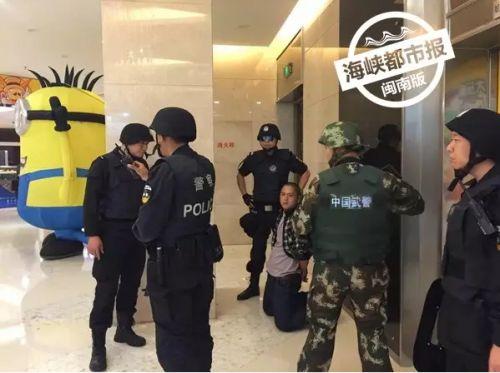 带手铐-漳州碧湖万达一男子吃 霸王餐 拿刀叉恐吓引来特警