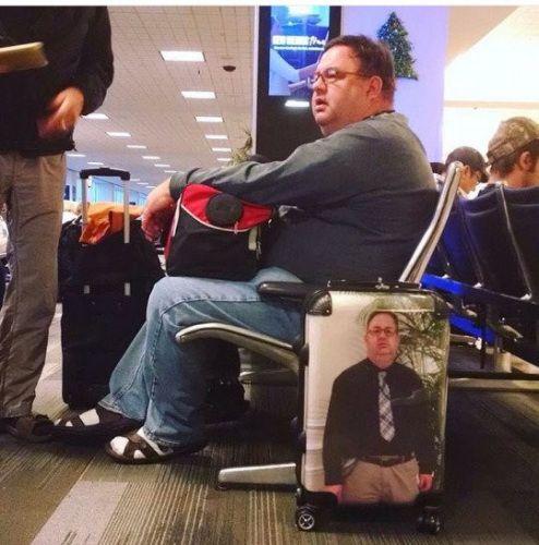 男子将自己照片印行李箱上。