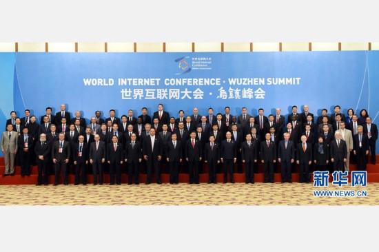12月16日,第二届世界互联网大会在浙江省乌镇开幕。国家主席习近平出席开幕式并发表主旨演讲。这是开幕式前,习近平同与会嘉宾集体合影。新华社记者 饶爱民 摄