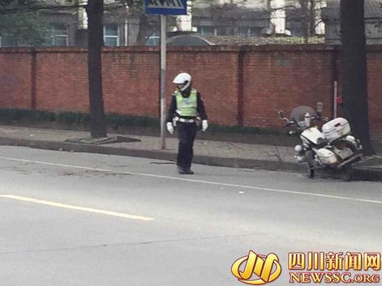 """交警在街头捡树枝被网友拍摄,称其""""不务正业"""""""